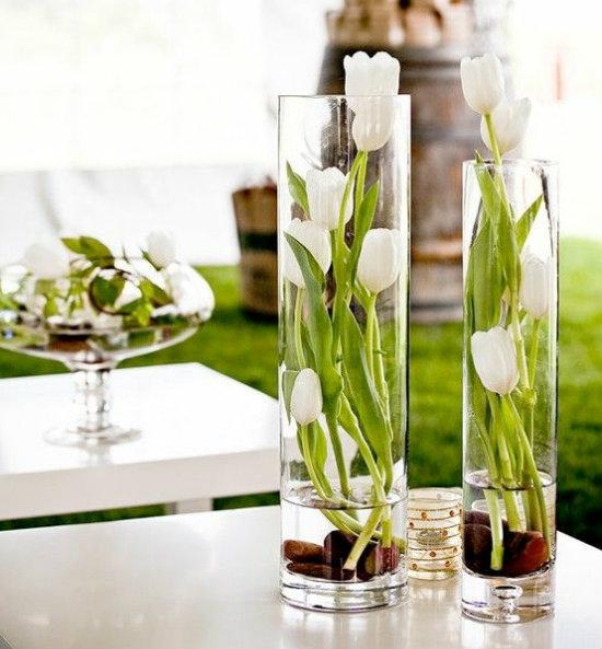 изысканная цветочная композиция в высокой вазе